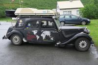 2 Weltenbummler mit ihrem Wagen