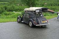 Zwei Weltenbummler mit ihrem Wagen