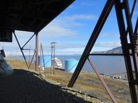 Auf Spitzbergen – alte Steinkohlegrube – Blick auf den Fjord