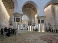 In der Moschee von Abu Dhabi