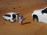 Jeep steckt im Wüstensand fest