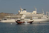 Maskat: Bucht von Muttrah mit Sultansyacht