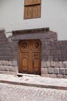 Koloniale Tür, rücksichtslos ins Mauerwerk des Inkapalastesveingebaut