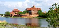 Marienburg mit Fluss Nogat im Vordergrund