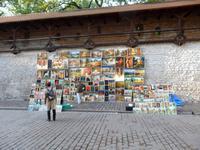 Künstler bieten ihre Werke feil, hier an der Stadtmauer von Krakau
