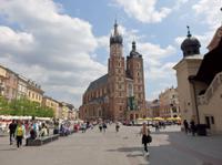 unterschiedlich hoch sind die Türme der Marienkirche in Krakau