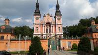 Laubengänge umgeben die Wallfahrtskirche, spätbarocker Baustil
