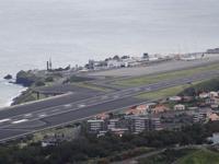 Aussichtspunkt Pico do Facho, Blick auf den Flughafen der Insel