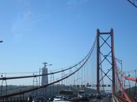 Fahrt über die Brücke in Lissabon