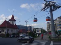 an der Station der Seilbahn in Piatra Neamt mit Blick zum Hotel