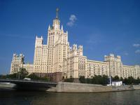 Moskau, Wohnhochhaus am Fluss