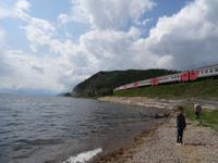 Der Zug hält in einer malerischen Bucht am Baikalsee
