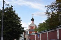 Eingangstor und Mauer des Klosters