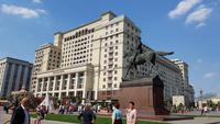Moskau, Hotel Four Seasons mit Revolutionsplatz