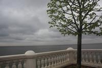 in der Weite sieht man beim klaren Wetter St. Petersburg