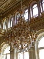 Besonders eindrucksvoll auch die prunkvollen Kronleuchter in diesem Saal.
