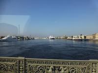 Einige Schiffe warteten schon auf der Newa auf die allabendliche Brückenöffnung.