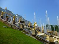 Besonders berühmt sind die goldenen Statuen vor dem Peterhof.