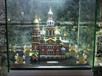 Ein kleines Modell der Kirche im Jugendstil.