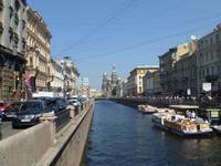 Sie liegt direkt am Gribojedow-Kanal.