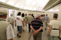 Reisegäste gehen zur U-Bahn