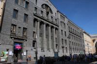 Gebäude vor dem Triumphbogen zum Alexander Platz