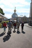 Reisegäste gehen zum Eingang des Peterhofs