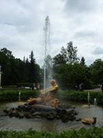 Eine der rund 150 Fontänen im Peterhof