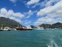 Blick vom Katamaran auf den Hafen von Mahe