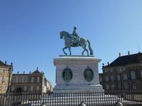 Stadtrundfahrt in Kopenhagen (Schlossplatz Amalienborg mit Denkmal Frederik V.)