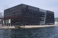 Kanalfahrt in Kopenhagen (Schwarzer Diamant = Teil der königlichen Bibliothek)