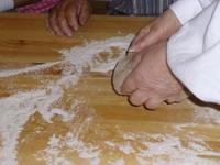 Der Brotteig benötigt viel Zuwendung und 10 Minuten kräftiges Kneten