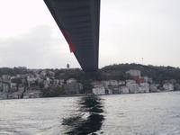 Unter der Bosporusbrücke