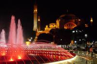 nächtliche Farbspiele am Springbrunnen vor der Hagia Sophia