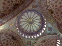 Wunderschöne Kuppeln in der Blauen Moschee in Istanbul