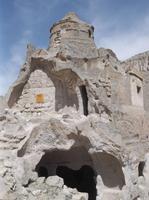 Eine verfallene Höhlenkirche