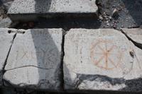 Antike Schriftzeichen, welche man im Symbol findet (Übersetzung