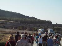 Reisegäste auf dem Weg durch Hierapolis