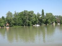 Stelzenhütten am Ufer