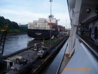DSCI02585_das Containerschiff zeigt schon wie es geht
