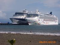 DSCI0272_zwei Kreuzfahrtriesen im Hafen Puntarenas