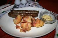Wunderbare Bratwurscht mit herrlichen Bratkartoffeln und feinem, deutschem Senf